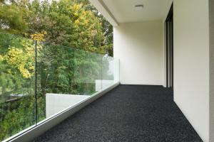 Betap koberce Jediný černý travní koberec Wembley - Spodní část s nopy (na pevné podklady) cm