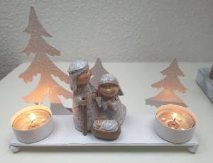 Biely kovový svietnik na čajové sviečky so svätou rodinou - 20 * 5 * 14cm