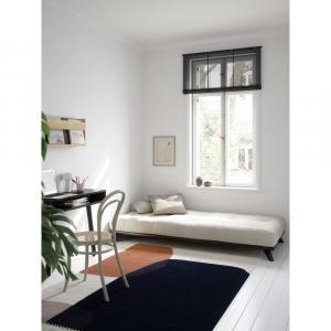 Čierna jednolôžková posteľ z masívneho borovicového dreva s matracom Karup Design Senza Mat, 90 x 200 cm