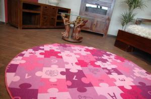 Dětský kulatý koberec PUZZLE fialový