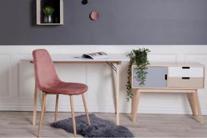 Dizajnová jedálenská stolička Myla, ružová, svetlé nohy