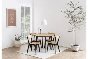 Dizajnová jedálenská stolička Nieves, čierna a prírodná