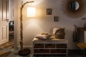 Dizajnová stojanová lampa Arielle, 160 cm, náplavové drevo