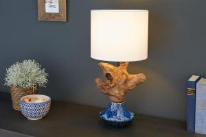 Dizajnová stolná lampa Sloane, 50 cm orech