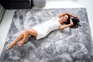 DomTextilu Moderný plyšový koberec svetlo sivej farby 120 x 170 cm 17393