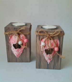 drevený svietnik s látkovým ružovým srdiečkom 6,5 x 6,5 x 10,5 cm