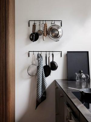ferm LIVING Kovový vešiak so 6 háčikmi Kitchen Rod