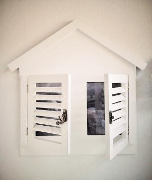 fotorám domček s okenicami biely 36 x 35 cm
