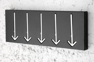 Vešiak na stenu Arrow 5 čierny