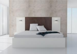 Manželská posteľ Koncepto, platinová biela, čokoládovohnedé čalúnenie, nočné stolíky, svietidlá a zásuvky
