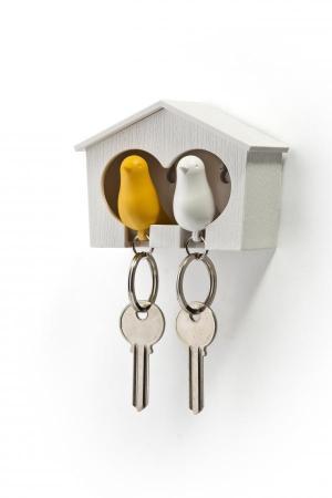 Nástenný držiak s kľúčenkami Qualy Duo Sparrow, biela búdka / biela + žltá kľúčenka