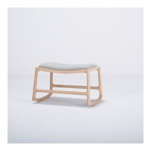 Podnožka s konštrukciou z dubového dreva so sivým textilným sedadlom Gazzda Dedo