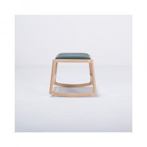 Podnožka s konštrukciou z dubového dreva so zeleným textilným sedadlom Gazzda Dedo