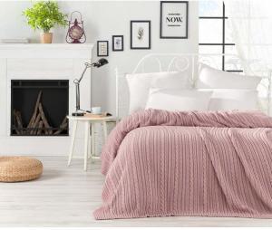 Púdrovoružová prikrývka cez posteľ Camila, 220 x 240 cm