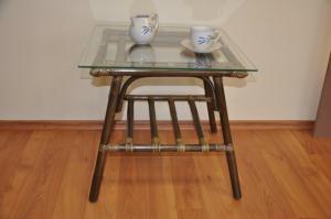 ratanový stolík Elmíra - hnedý