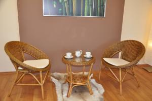 Sedacia súprava EBONY okrúhly stolík - brown wash