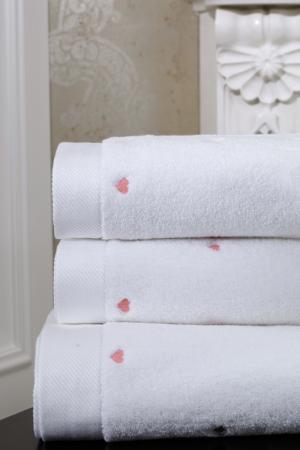 Soft Cotton Malý uterák MICRO LOVE 32x50 cm. Jemný, napriek tomu pútavý dizajn so srdiečkami z tej najjemnejšej bavlny. Biela / lila srdiečka