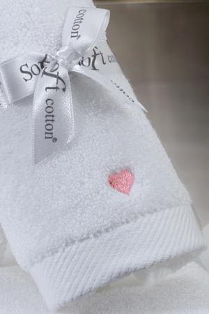 Soft Cotton Osuška MICRO LOVE 75x150 cm. Jemný, napriek tomu pútavý dizajn majú osušky série MICRO LOVE vyrobené z micro bavlny. Biela / ružové srdiečka