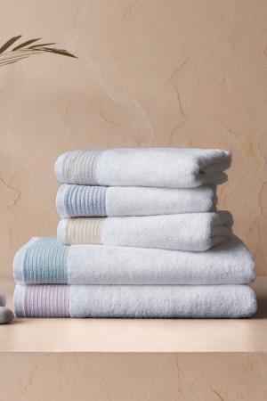 Soft Cotton Osušky MOLLIS 75x150 cm. Osuška je vyrobená z vysoko kvalitnej 100% česanej bavlny o gramáži 550 g/m2. Jej rozmery sú veľkorysé 75x150 cm. Svetlo modrá