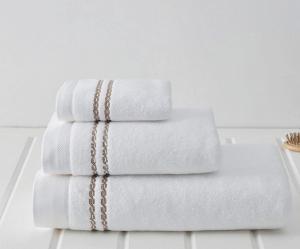 Soft Cotton Uterák CHAINE 50x100 cm. Froté uteráky MICRO COTTON 50x100 cm z mikrovlákna sú veľmi jemné, savé a rýchloschnúce, vyrobené zo 100% česanej bavlny. Biela / béžová výšivka