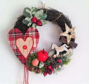 vianočný venček so srdiečkom 20 cm
