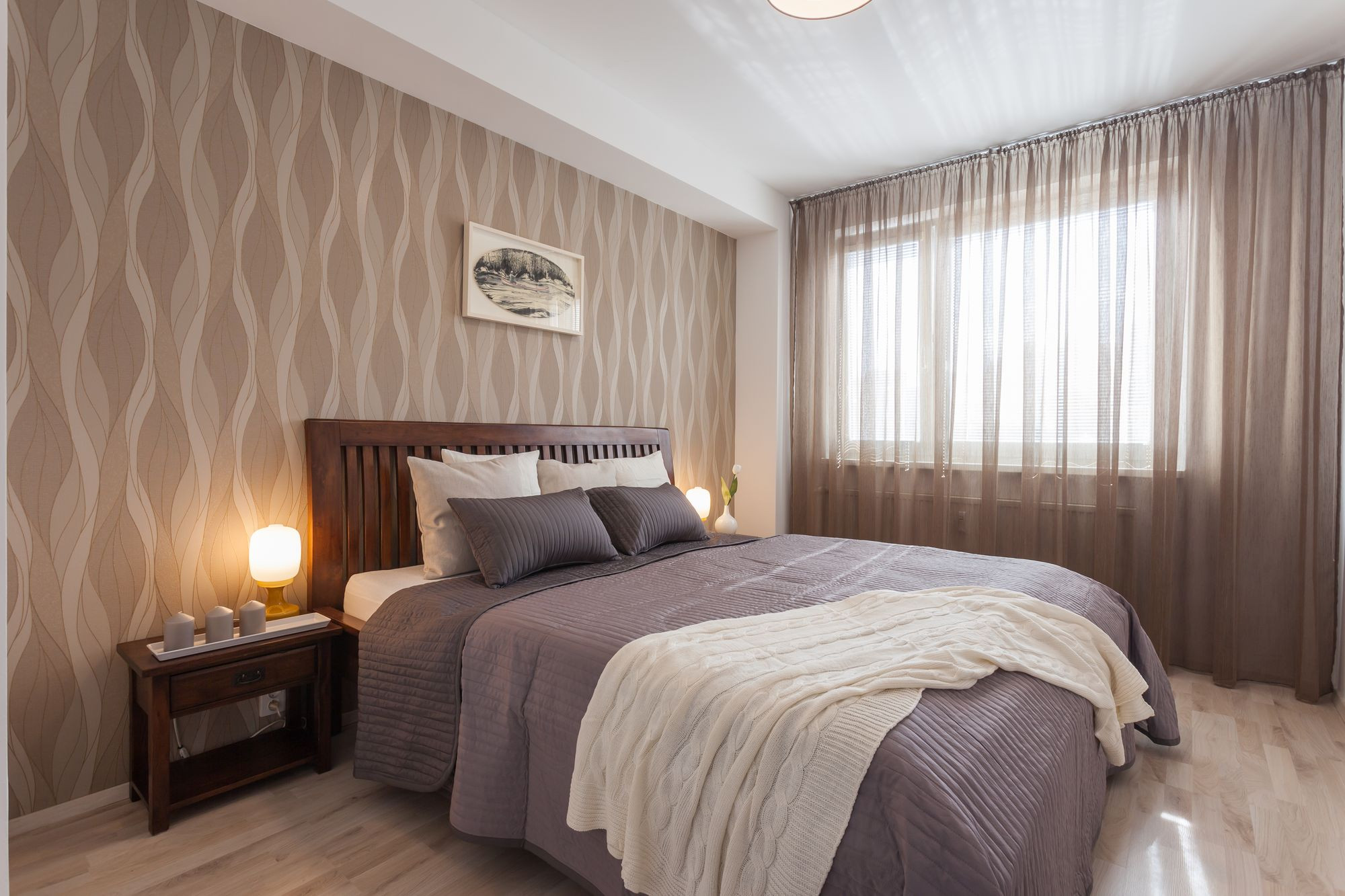 Manželská posteľ s drevenými nočnými stolíkmi