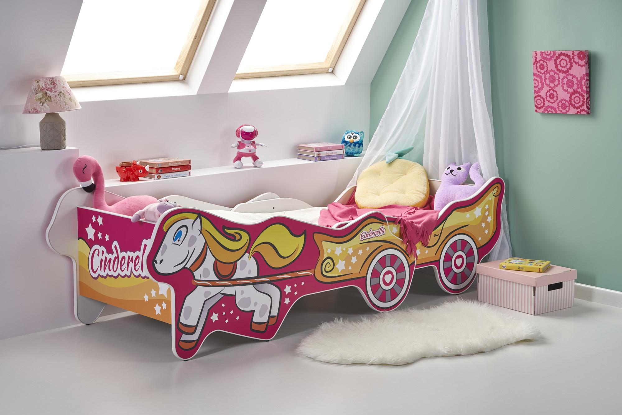 Podkrovná detská izba s dievčenskou posteľou s rozprávkovým motívom