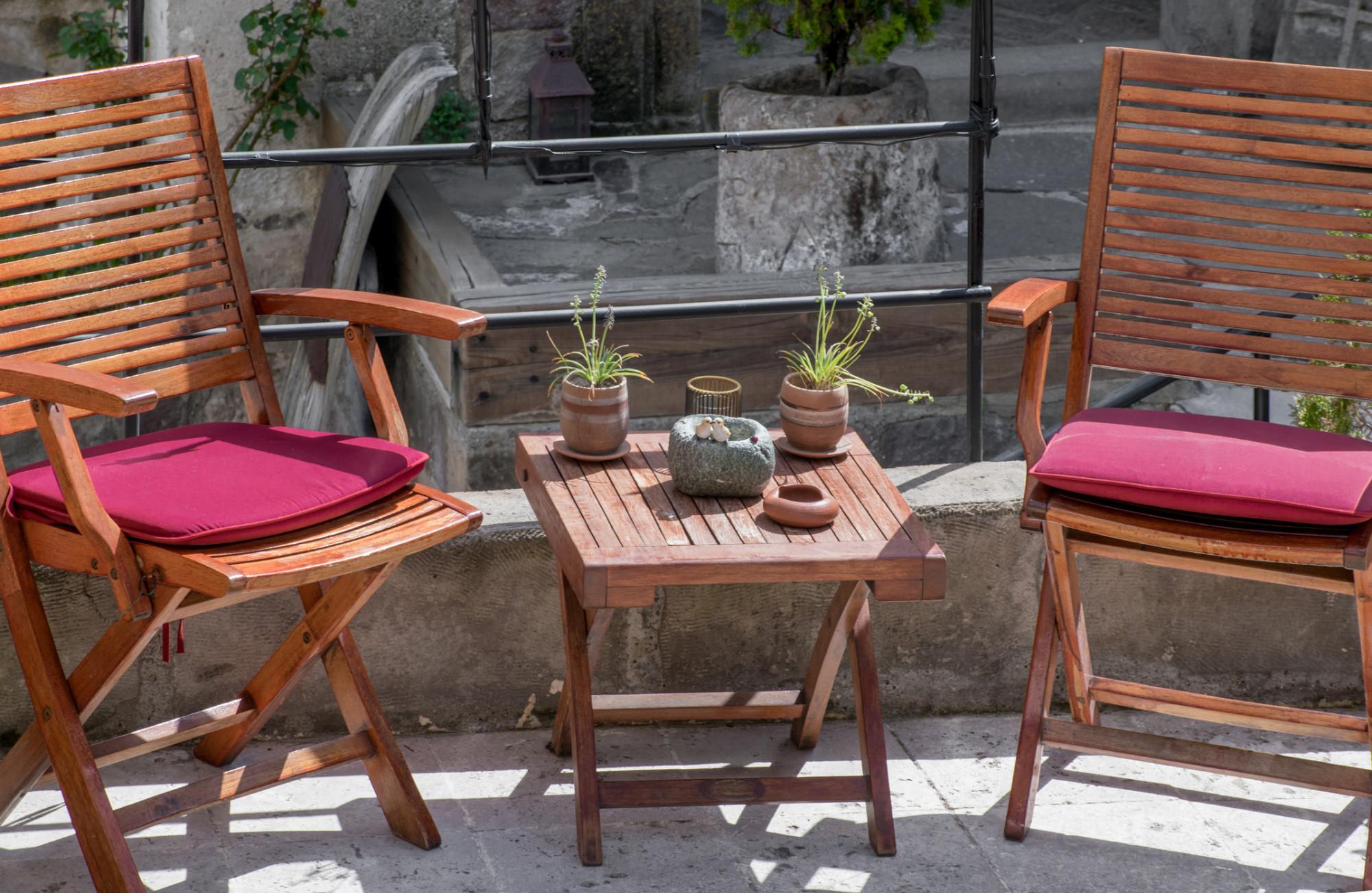 Skladací drevený záhradný nábytok s farebnými podsedákmi
