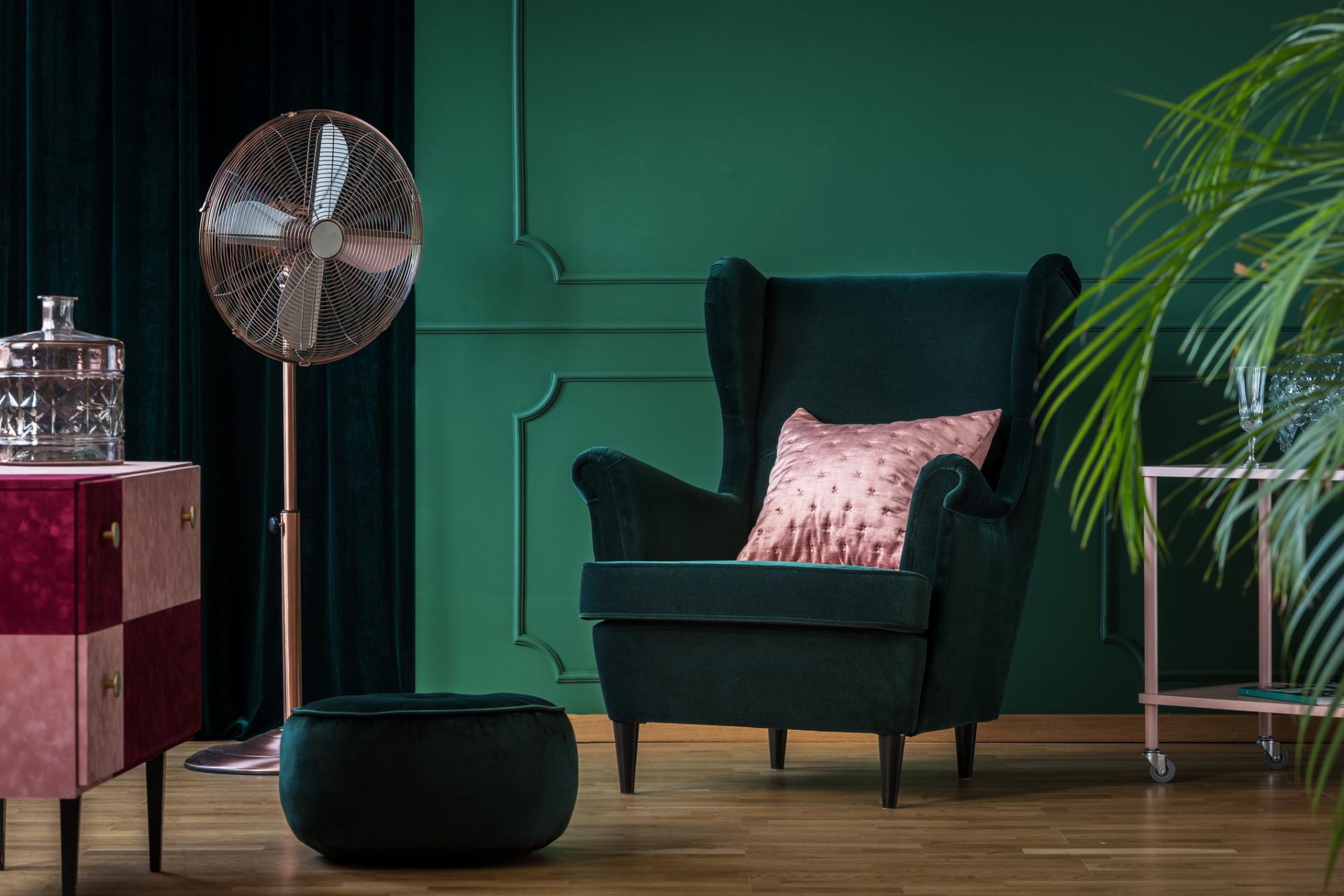Tmavozelené kreslo ušiak v obývačke v štýle glamour