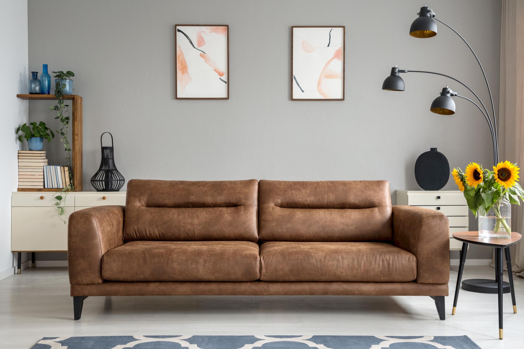 Svetlohnedý dvojmiestny kožený gauč