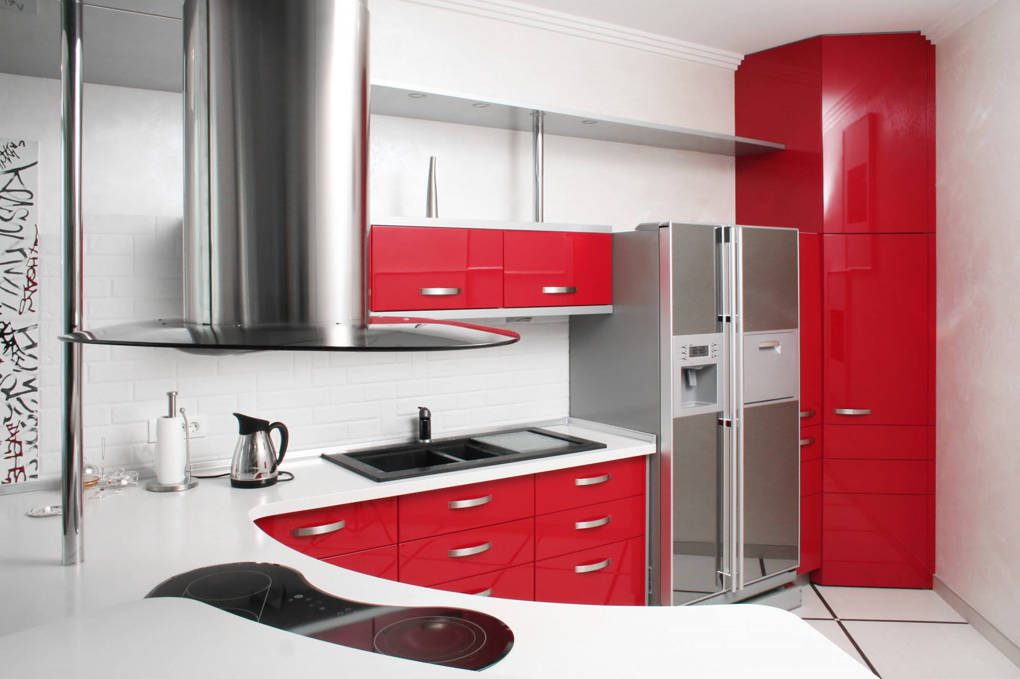 Červená kuchynská linka kombinovaná s bielou pracovnou doskou a zástenou