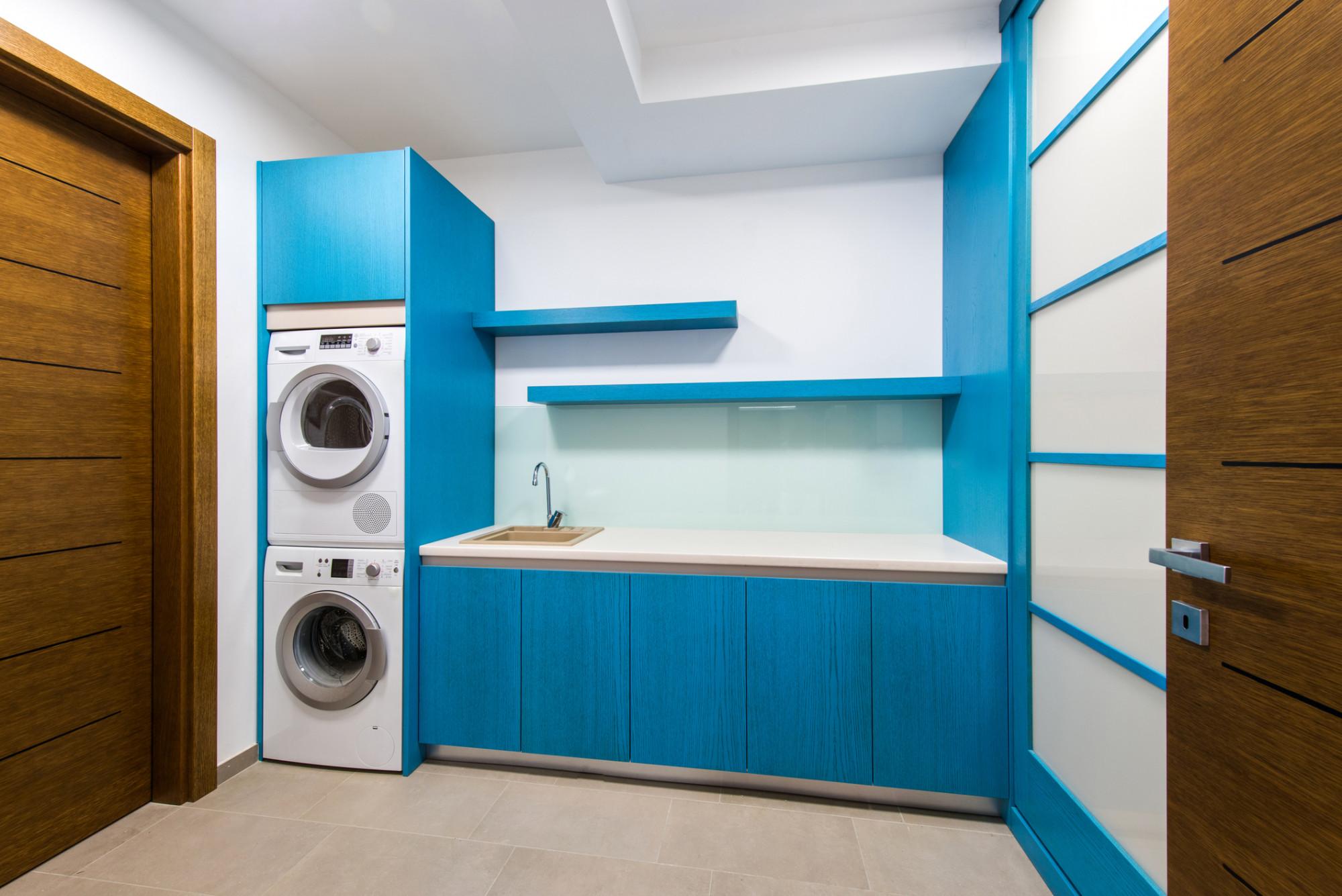 Práčovňa v modrobielom s práčkou, sušičkou aj umývadlom
