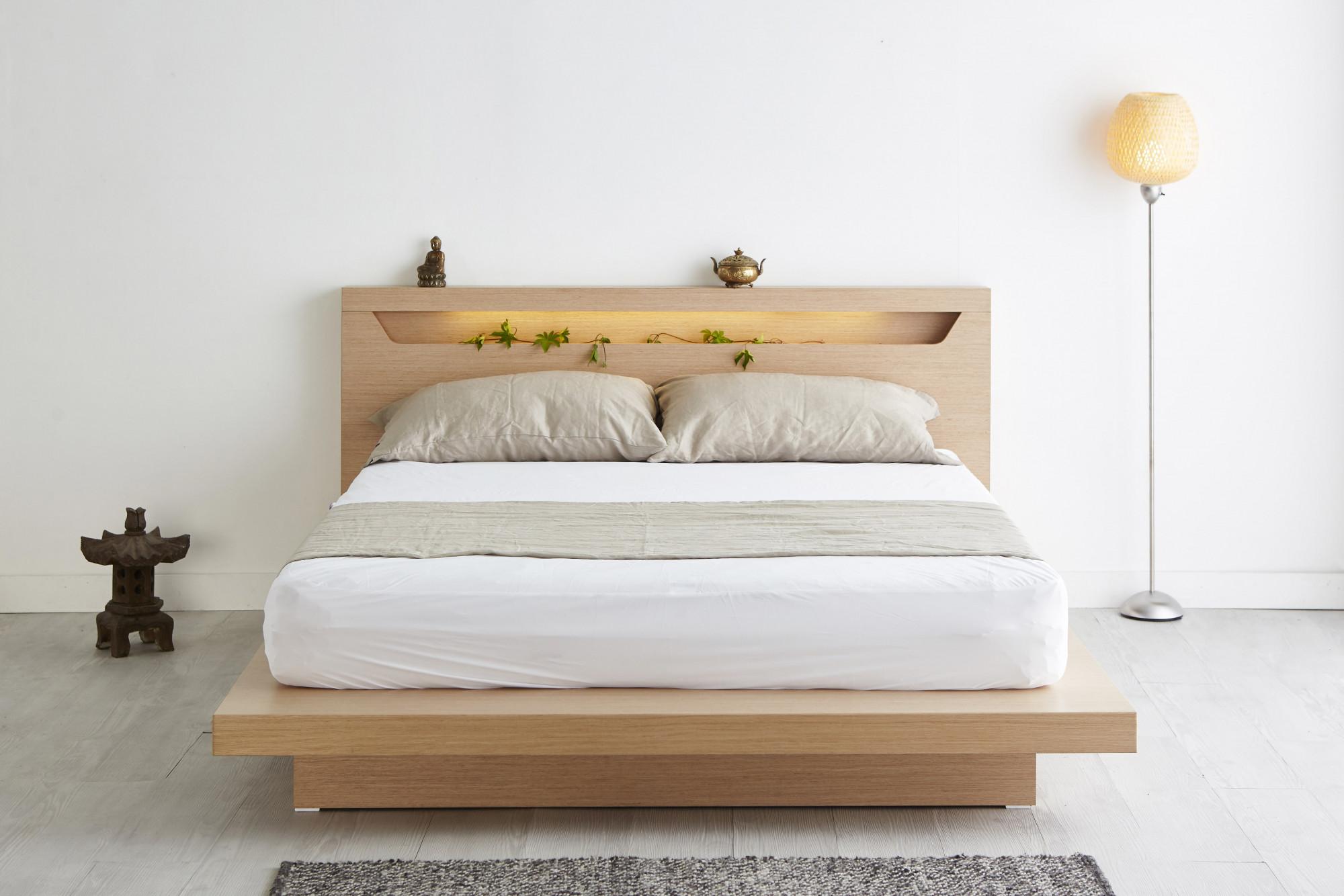 Jednoduchá drevená posteľ so záhlavím