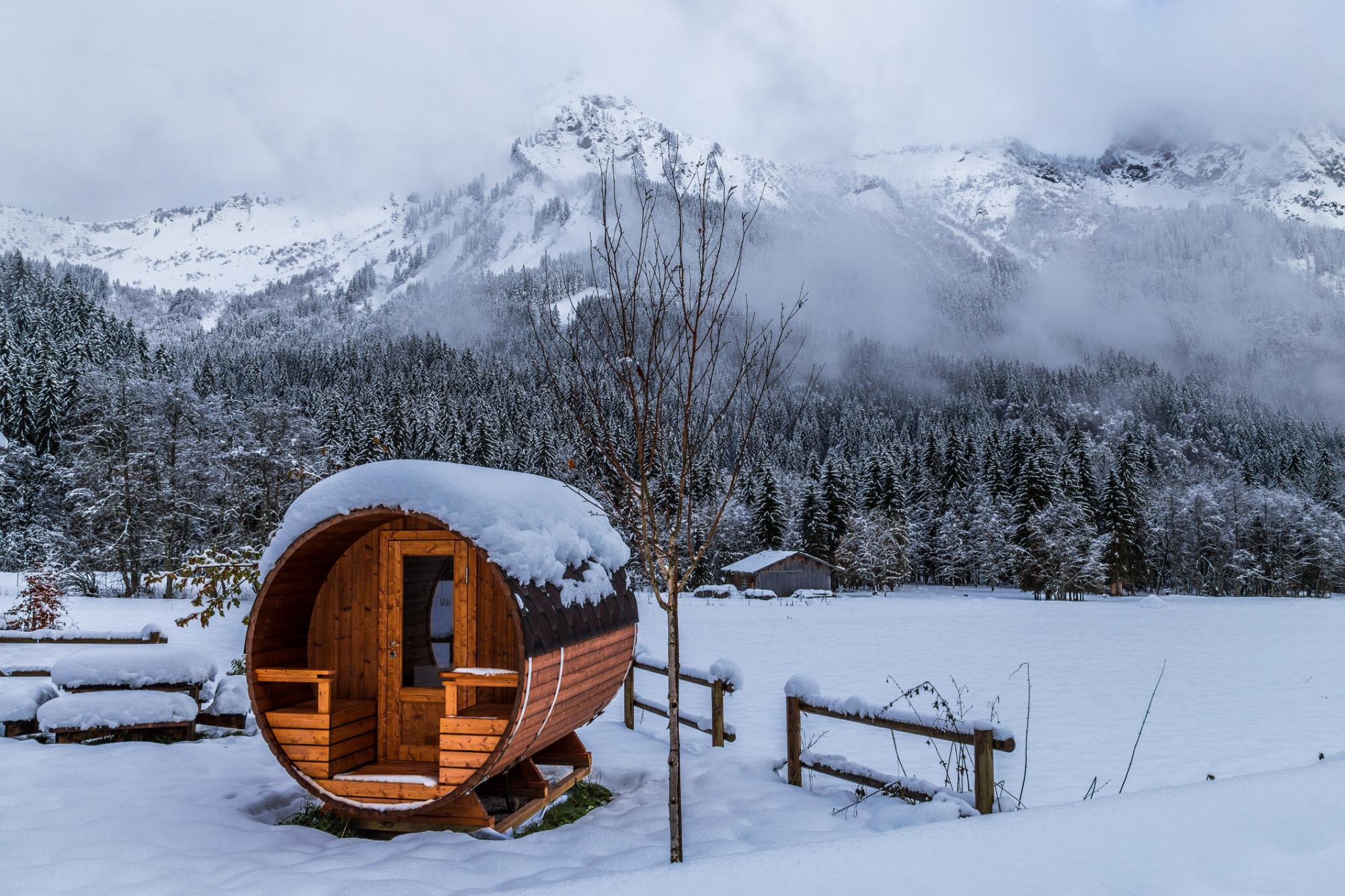 Zasnežená sudová sauna pod horami