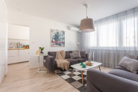 Jednoducho zariadená obývačka v paneláku