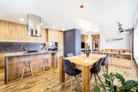 Kuchyňa spojená s obývačkou s prevahou prírodného dreva