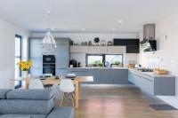 Matná sivá kuchynská linka a jedálenský stôl