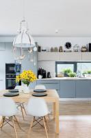 Svetlý jedálenský kútik pri sivej kuchynskej linke