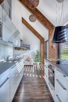 Moderná kuchynská linka v kombinácii bielej a sivej
