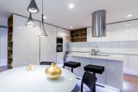 Biela lesklá kuchynská linka s modernými dvierkami bez úchytiek