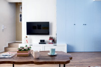 Prírodný drevený konferenčný stolík v škandinávskej obývačke