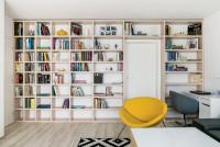 Knižnica na celú stenu poskytuje dostatok úložného priestoru
