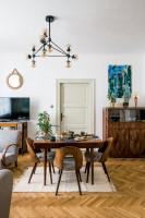 Hnedý jedálenský stôl v retro obývačke