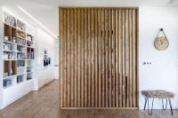 Drevená zástena oddeľujúca kuchyňu s jedálňou od obývačky