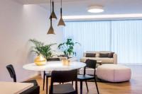 Jedálenský stôl so sklenenou doskou v modernej obývačke