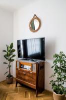 Televízny kútik v retro obývačke v byte z roku 1940