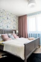 Klasická manželská posteľ vo farebne pestrej spálni