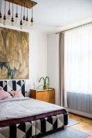 Čiernobiela manželská posteľ s veľkým obrazom