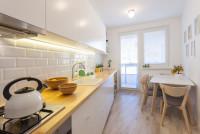 Biela kuchynská linka v malej panelákovej kuchyni