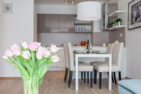 Kuchynská linka a jedálenský stôl v kuchyni spojenej s obývačkou